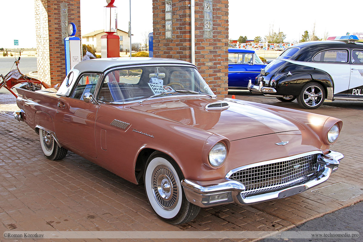 Ретро автомобиль Ford Thunderbird 1957
