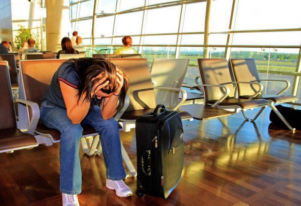 Расстроенный человек в аэропорту